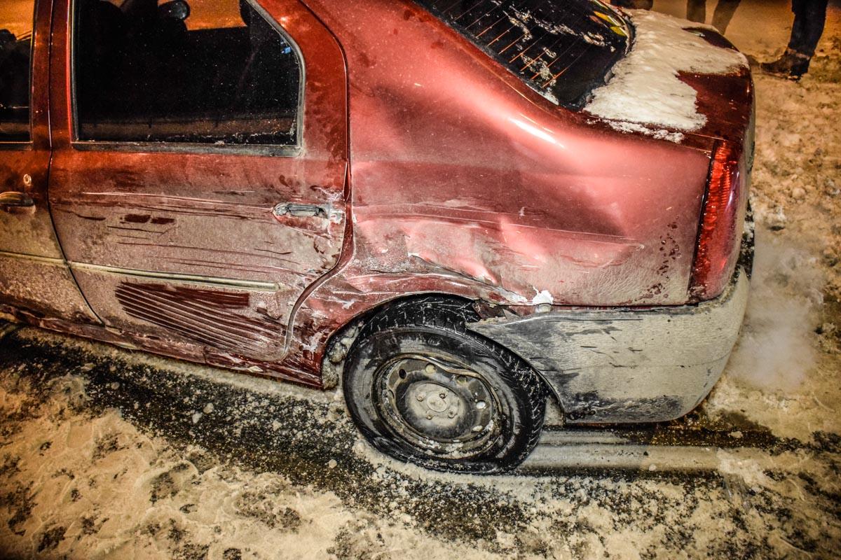 На встречной дороге внедорожник зацепил машину Dacia Logan