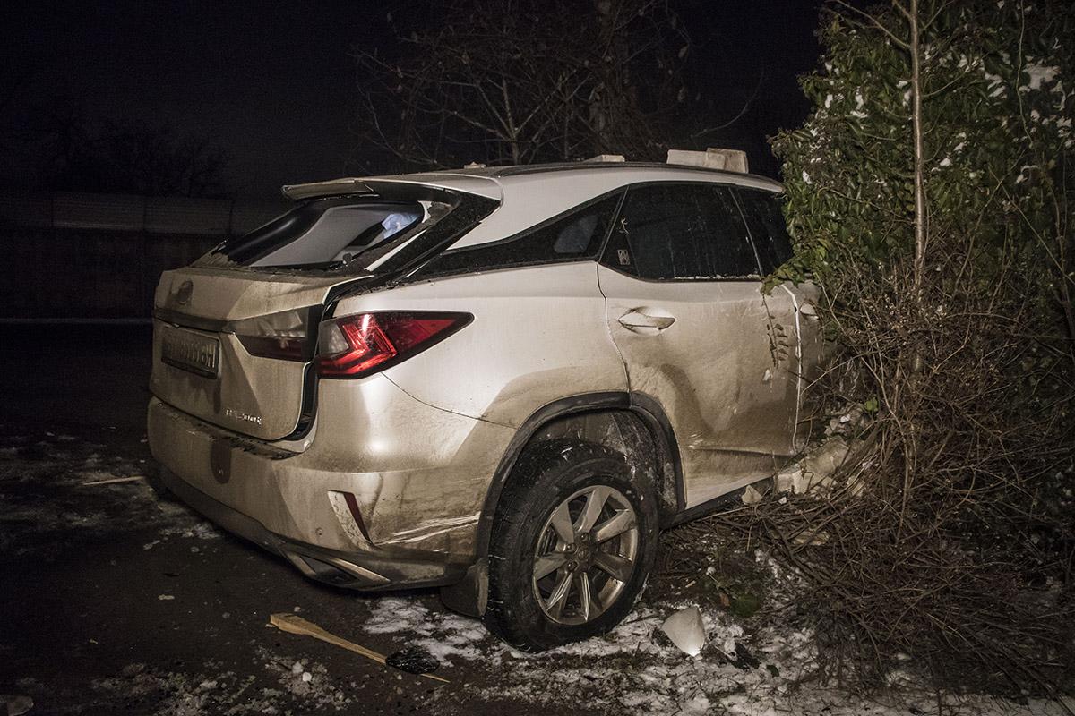 Lexus протаранил забор жилого дома