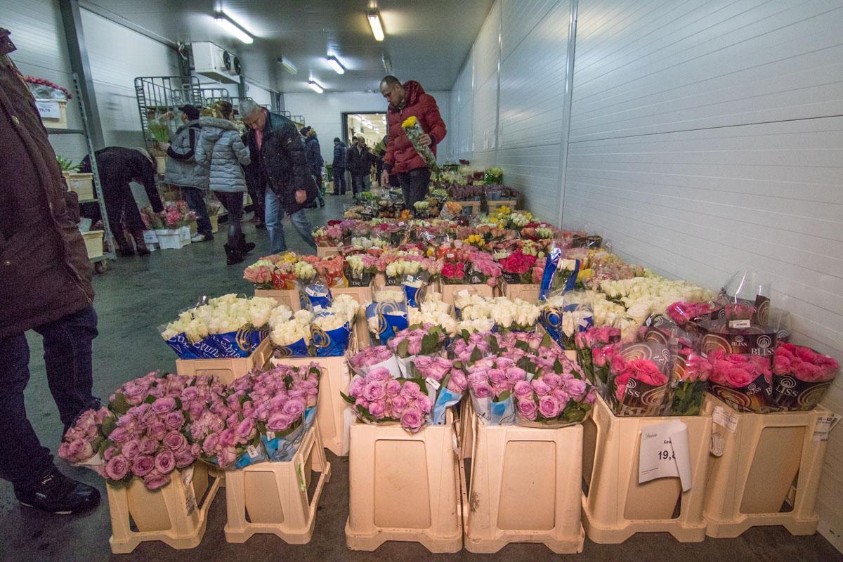 Выбирали цветы не только мужчины, но и женщины