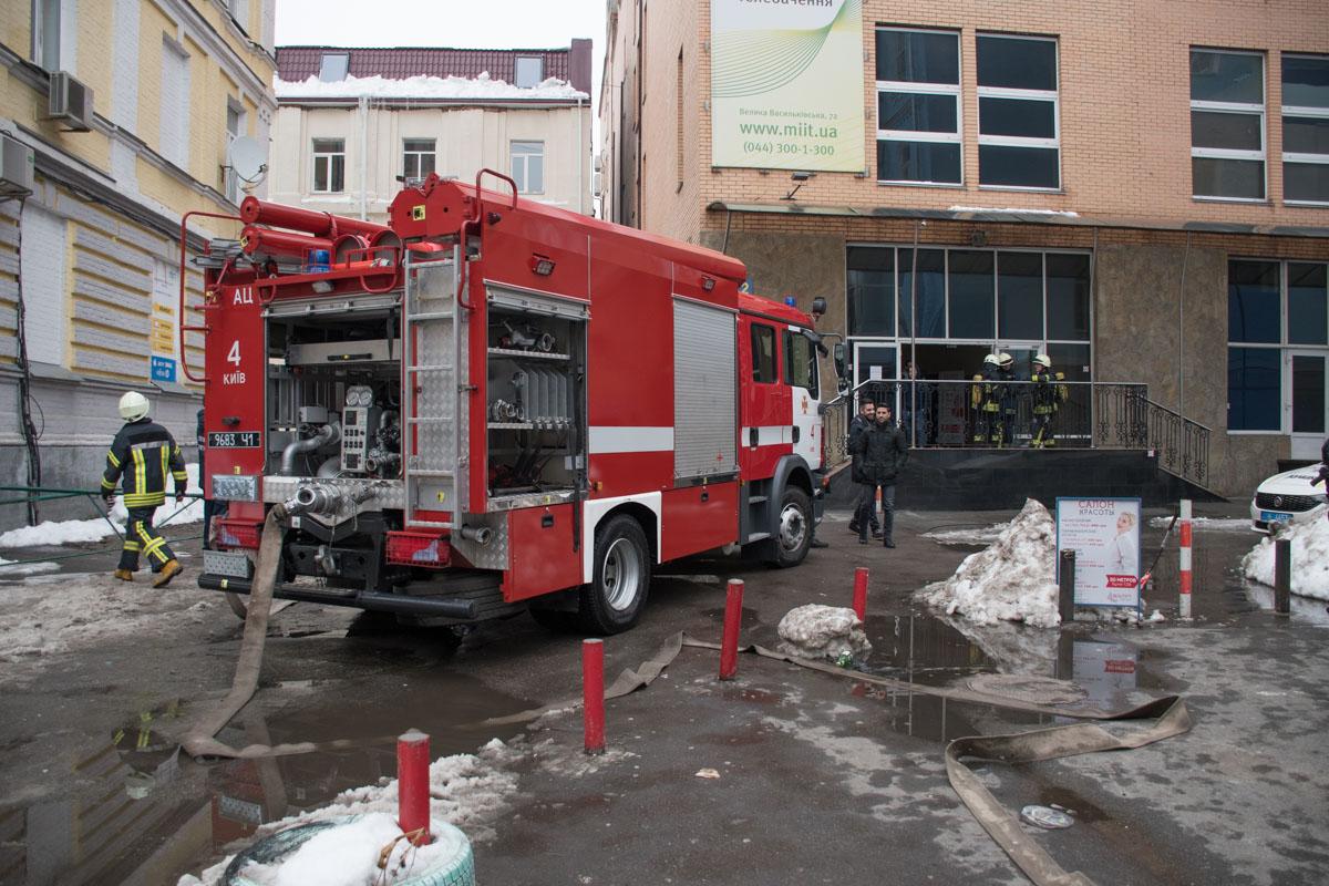 Для тушения пожара приехали сотрудники ГСЧС на шести пожарных машинах