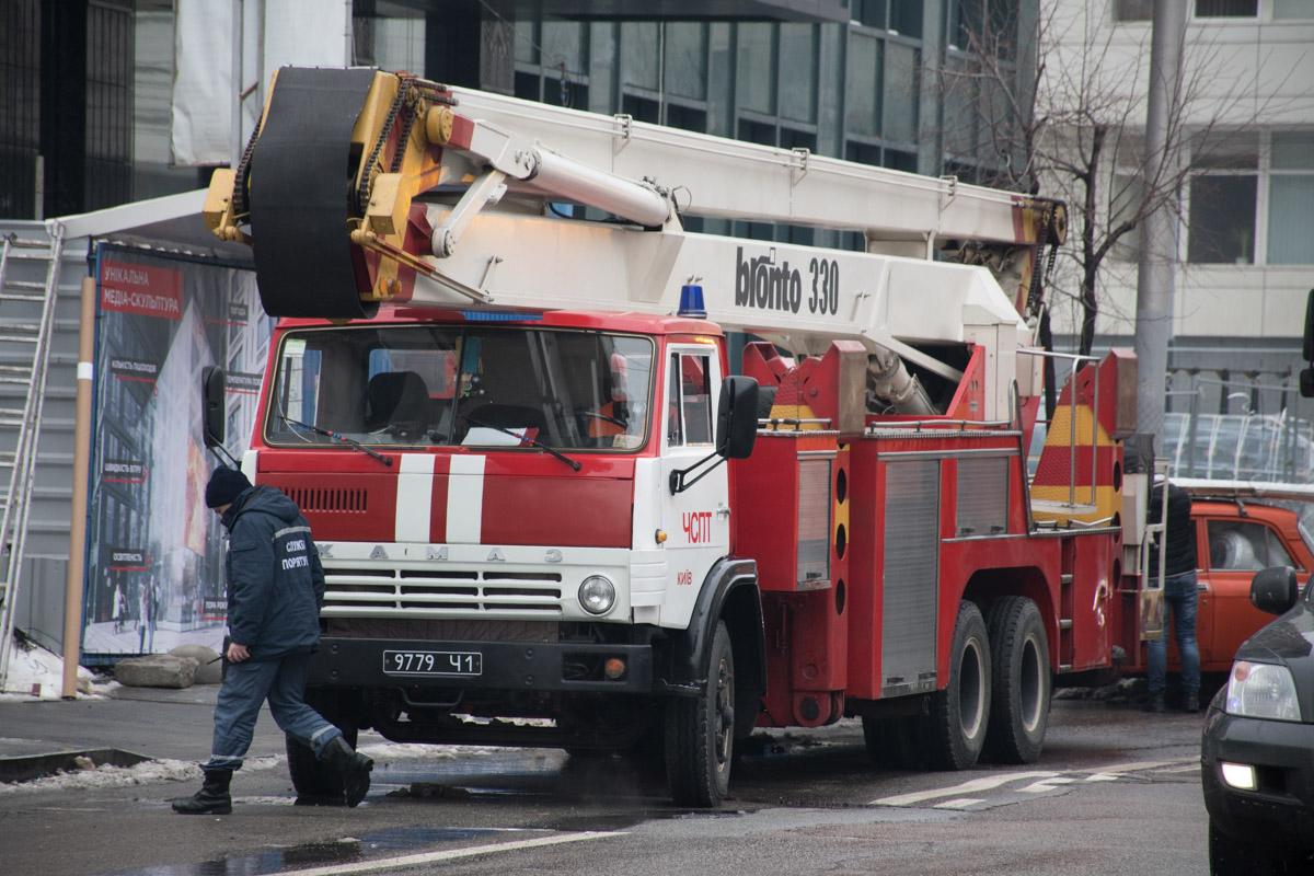 Людей с высотки по ступенькам спускали пожарные