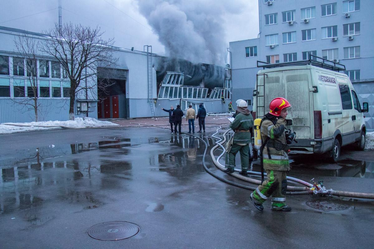 На улице Академика Туполева произошел пожар в складском здании
