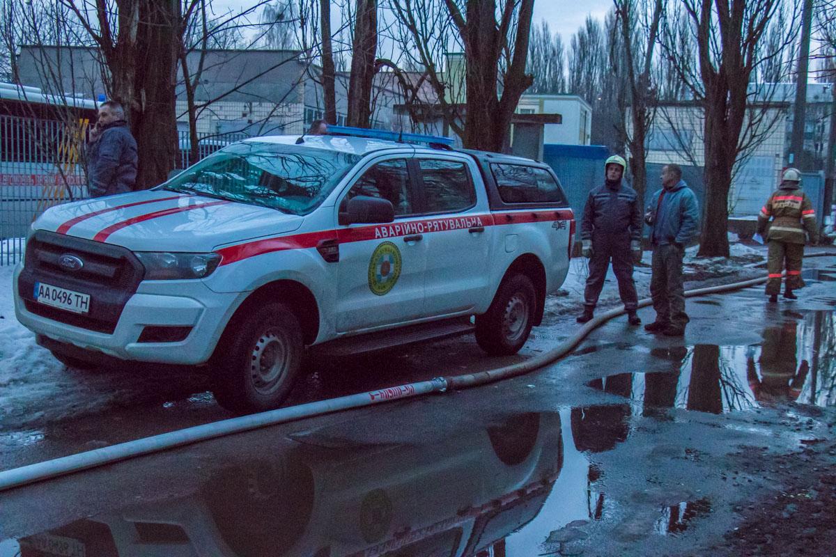 Из пылающего помещения сотрудники ГСЧС вынесли 10 газовых баллонов