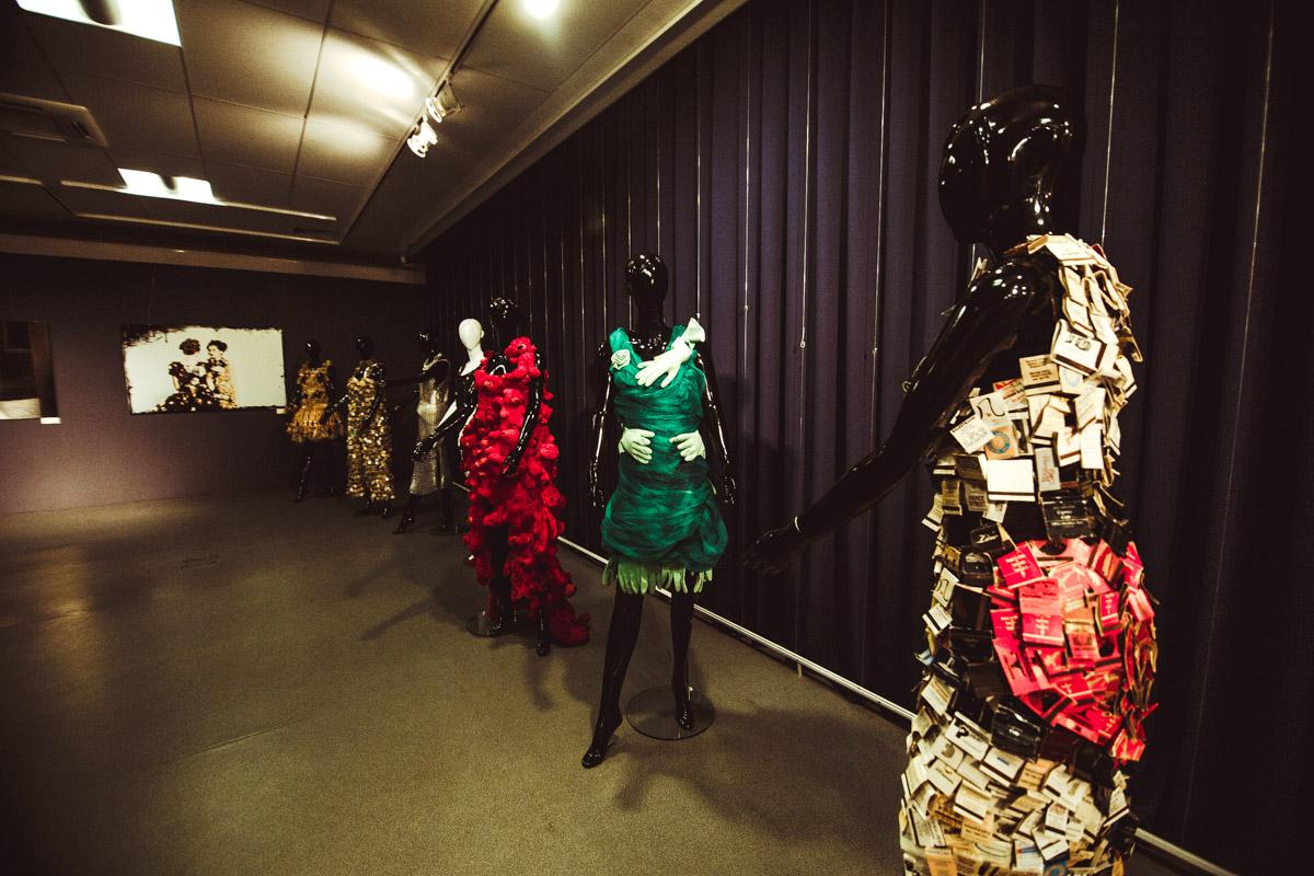 Выставка платьев эко-дизайнера Исагус Тош