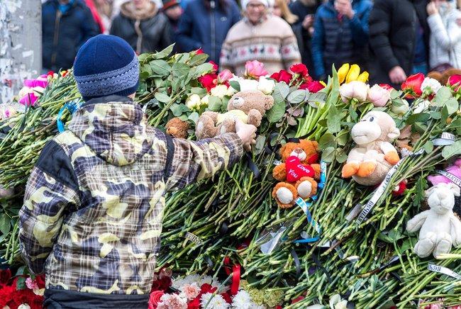 Мемориал у сгоревшего кемеровского торгового центра «Зимняя вишня»