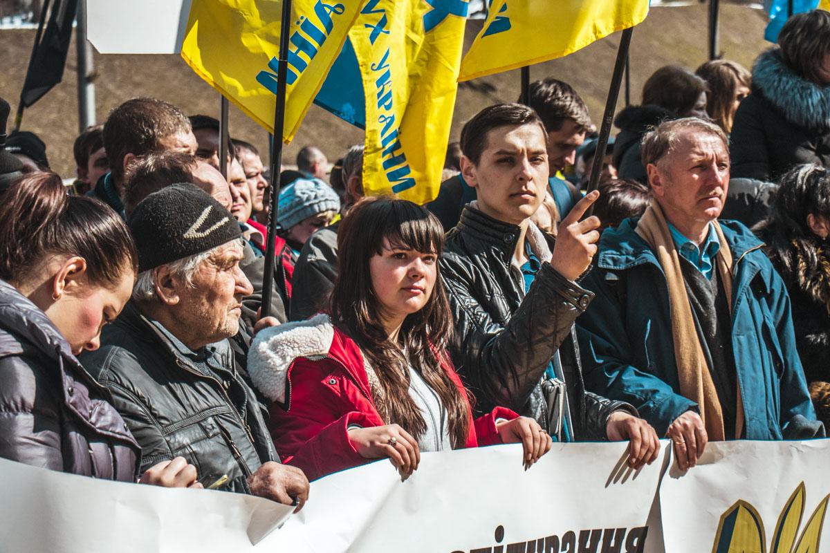 На плакатах были фразы и об отставке нынешнего главы ГПУ Юрия Луценко