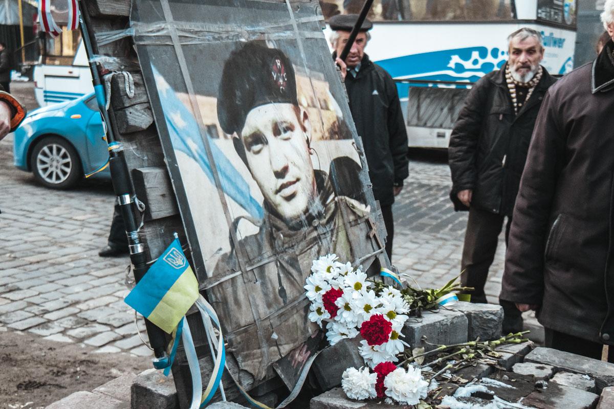 Люди требовали, чтоб в честь Михаила Жизневского установили нормальный памятник
