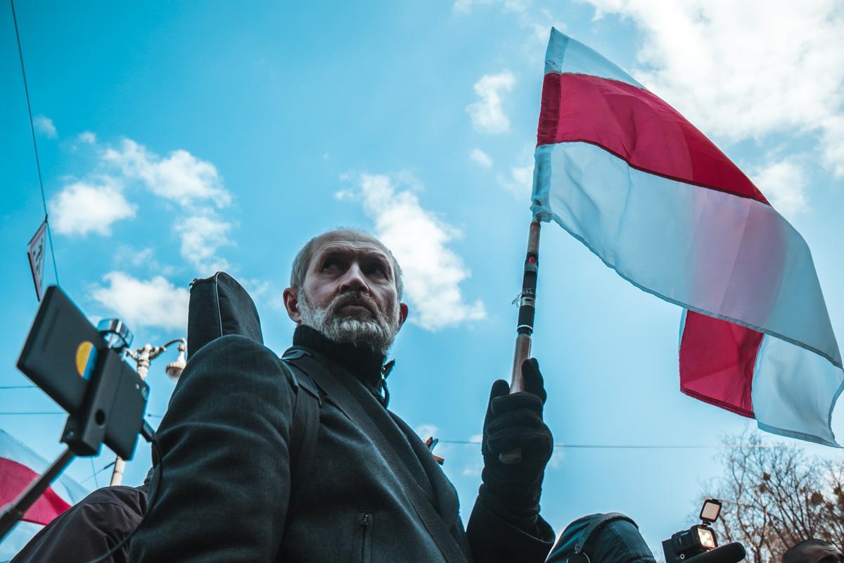 Народ с белорусским флагом пришли почтить память погибшего воина, которого убили на Майдане