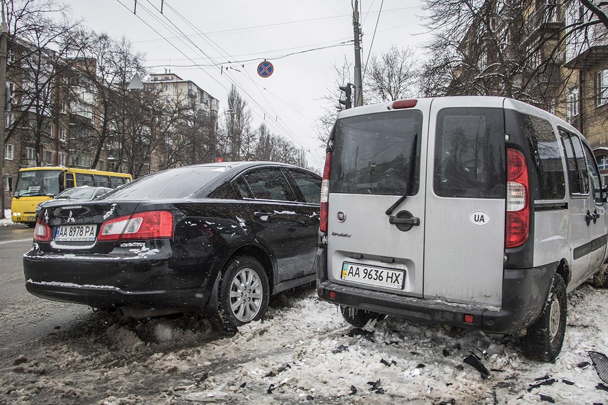 Оба автомобиля вылетели на тротуар