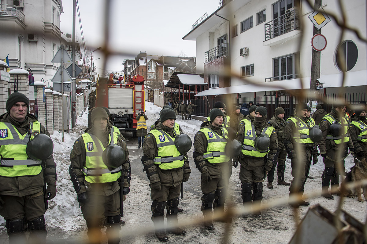 Здание консульства оградили забором, на месте дежурят нацгвардейцы и полиция