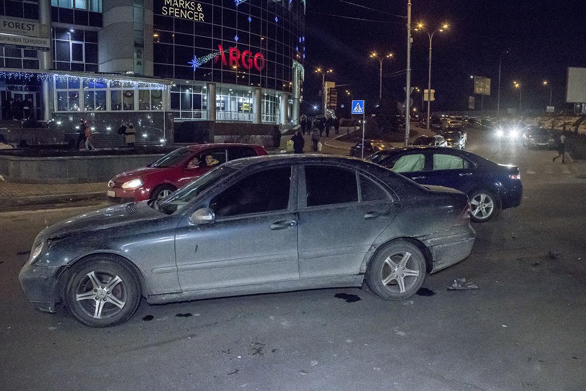 Автомобили перекрыли движение по двум полосам