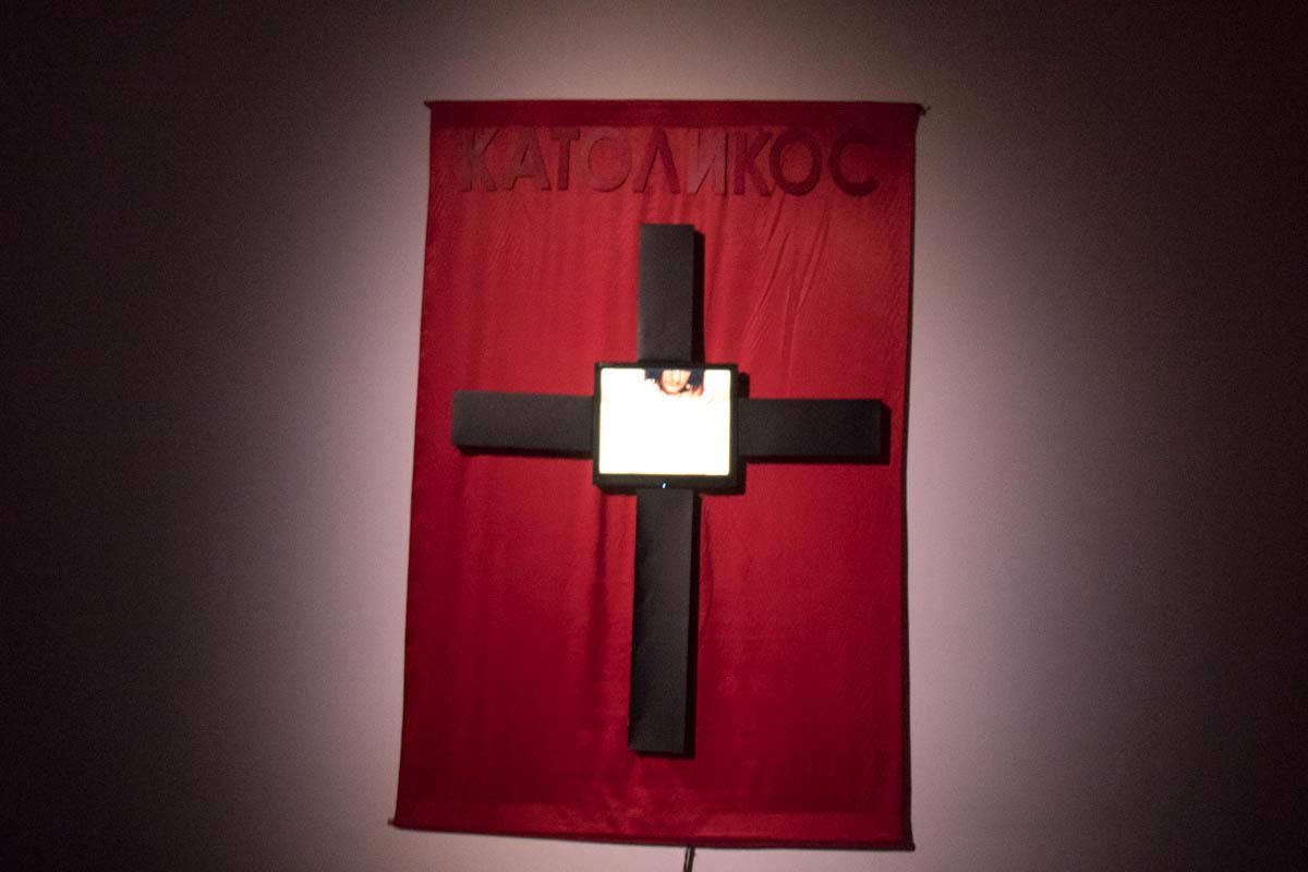 Инсталляция - что-то типа крест, а в кресте Иисус, у которого крест на шее