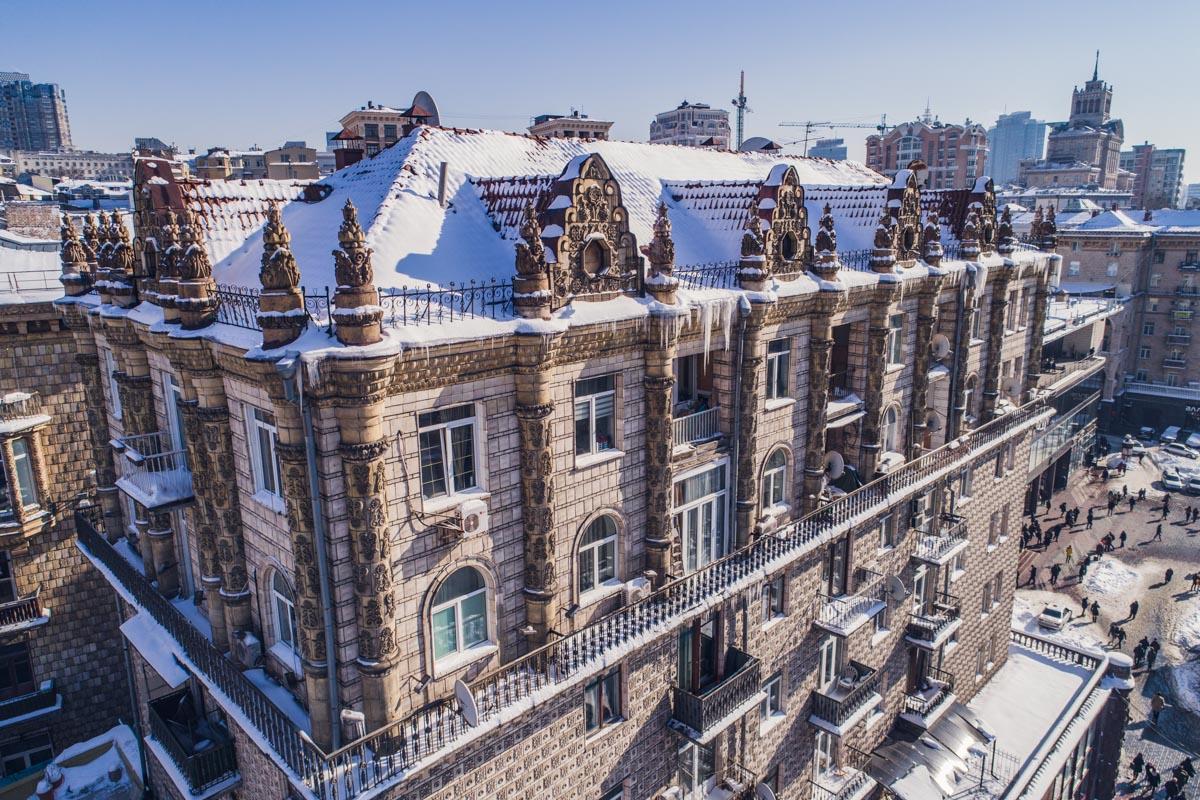 На крышах домов лежит большой слой снега