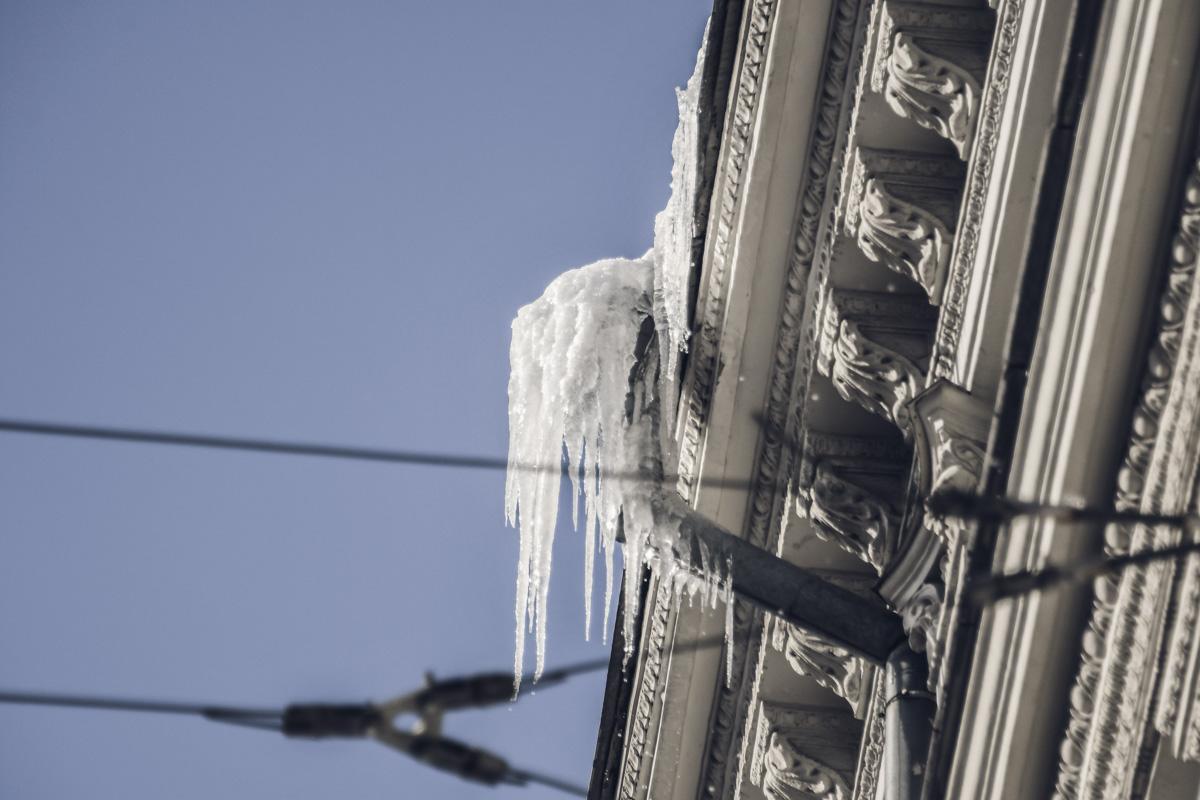 Из-за перепадов температуры, с крыш потихоньку стали свисать ледяные сосульки