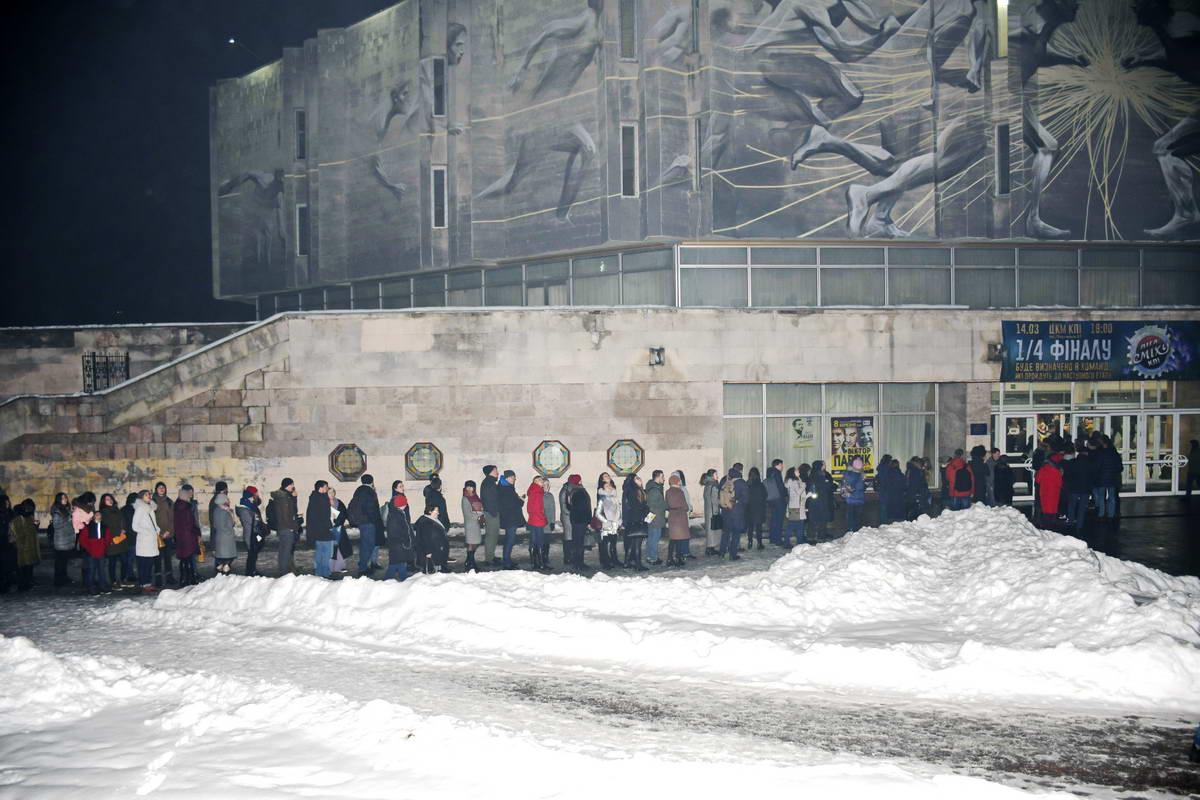 На часах 20:00 - начало концерта. А конца очереди на вход не видно
