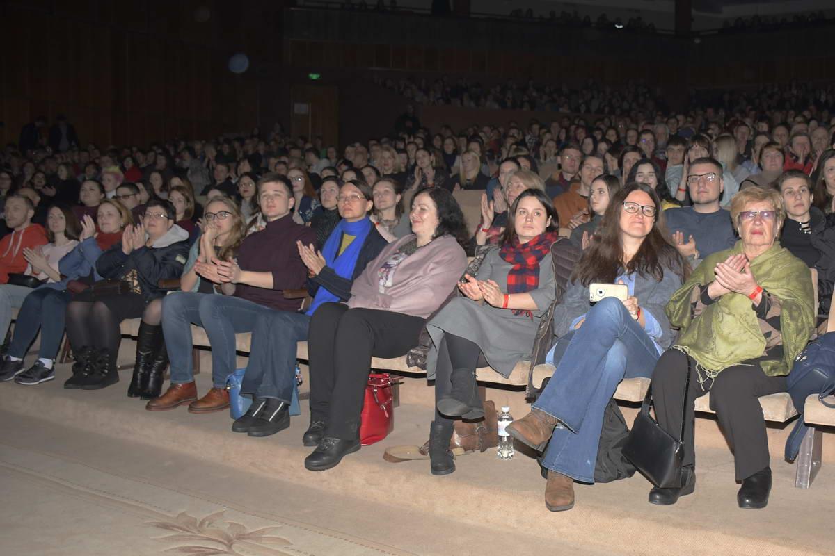 Зрители дарили автору громкие аплодисменты после каждого стихотворения