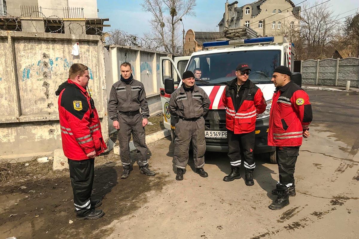Спасатели КАРС пробили проем в стене для доступа медиков и следственно-оперативной группы