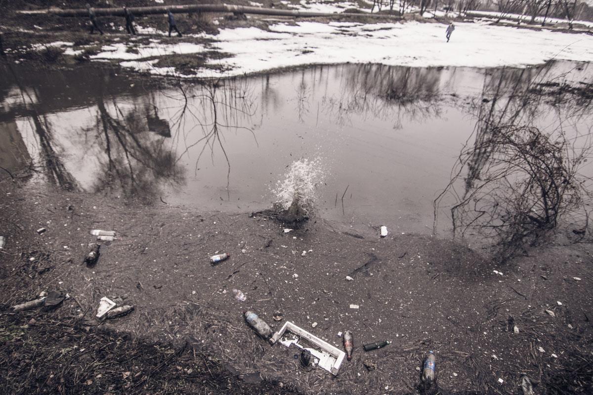 В луже можно найти не только кучу мусора, но и потерянные части автомобилей, которые пытались преодолеть это водное препятствие