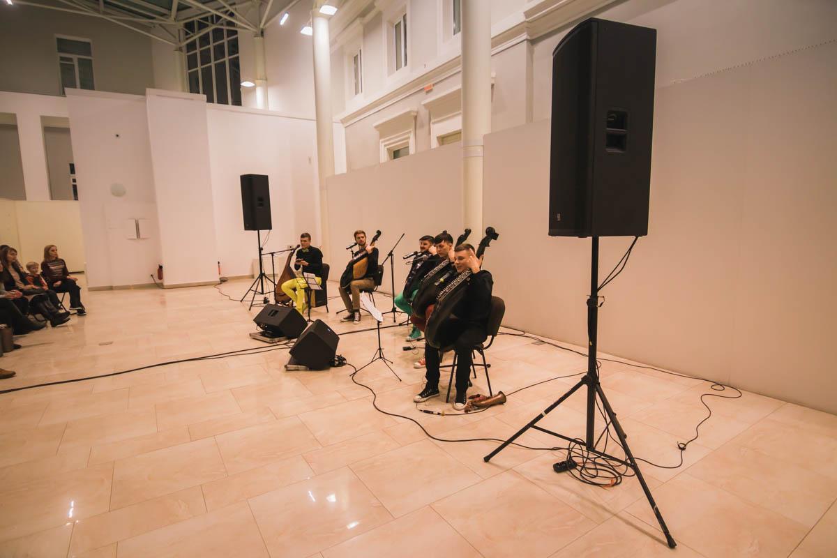 Парни играют современную музыку на народном инструменте