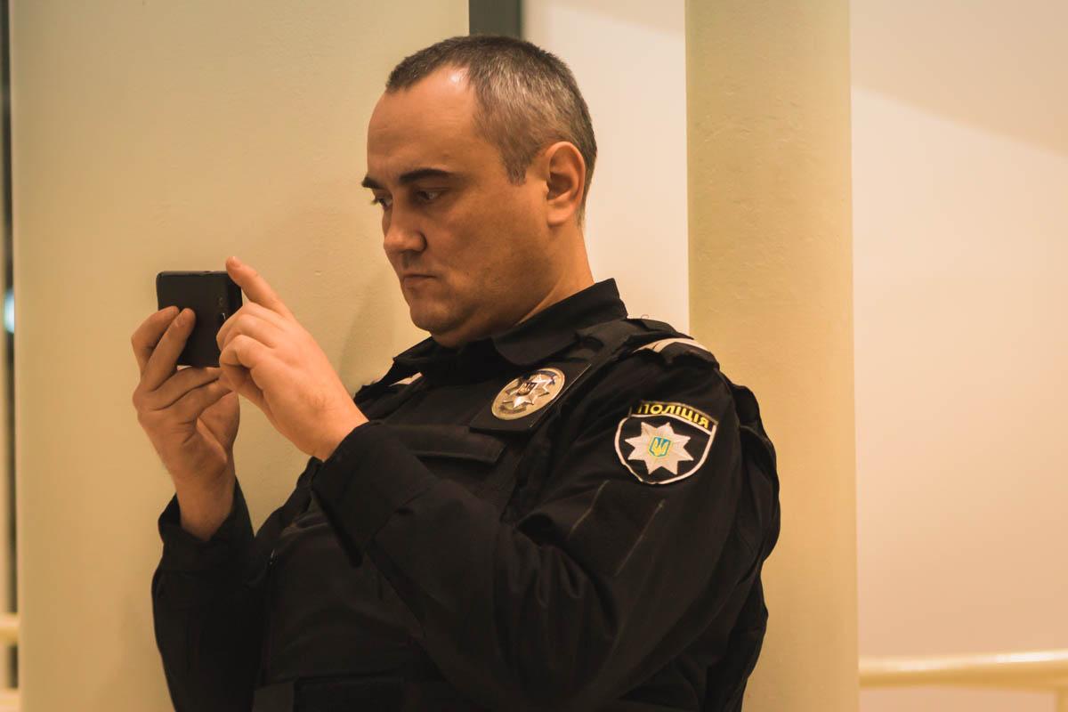 """Полицейский тоже не смог устоять и не сохранить """"Шпилястих"""" себе на память"""