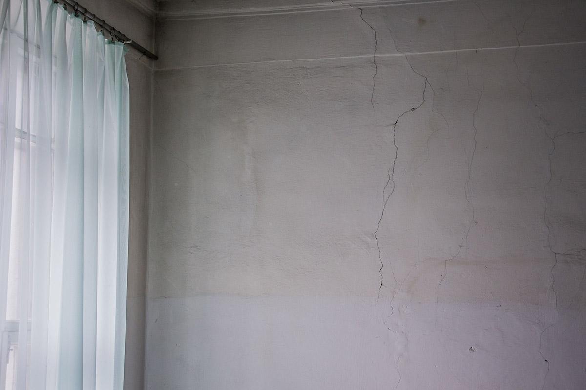 На стенах трещины