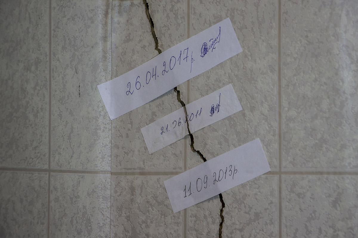 На трещинах стикеры, которые показывают изменения в трещинах