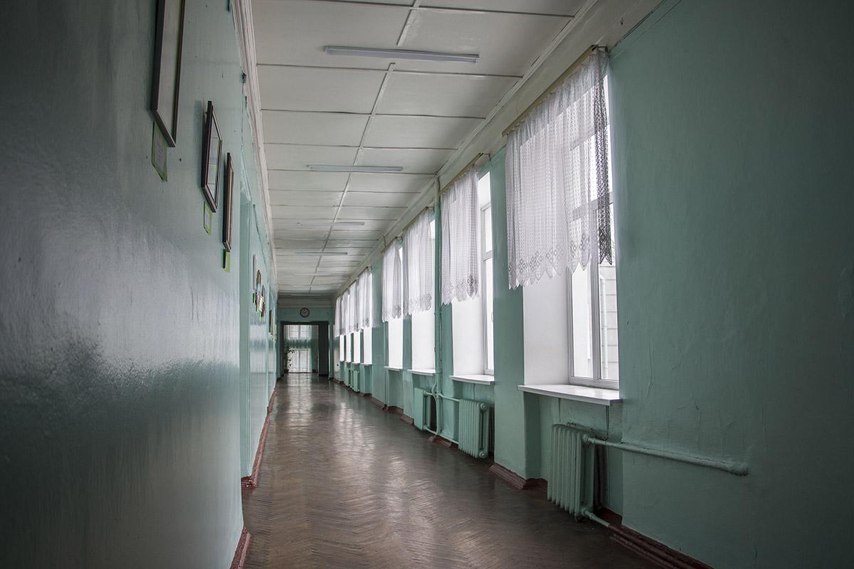 Прогуливаясь по коридору и не скажешь, что здание может рухнуть