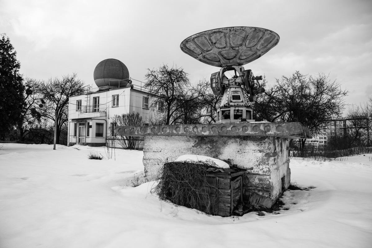 У подножия горы путника встречают антенны геофизической обсерватории