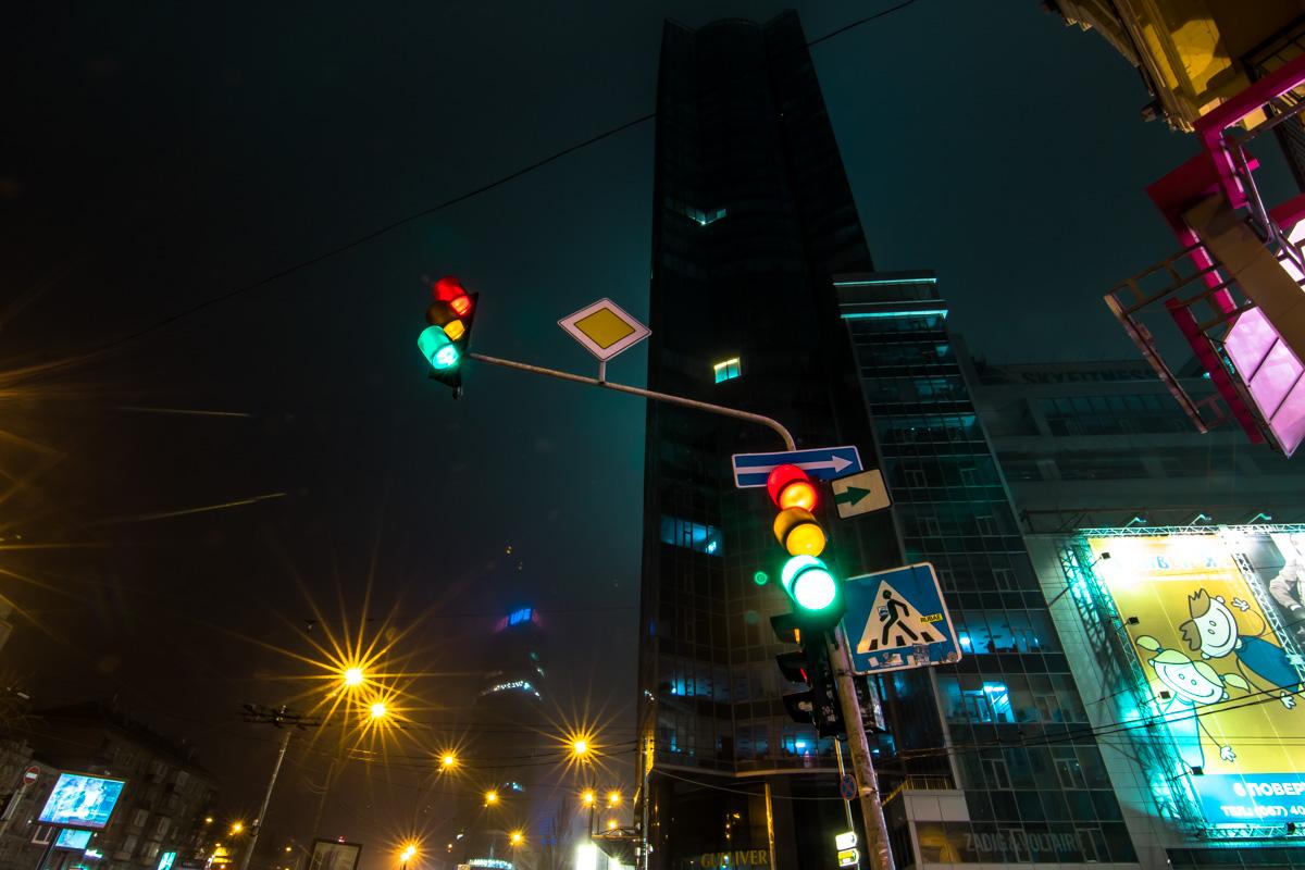 Киевские высотки угрожающе нависают над городом