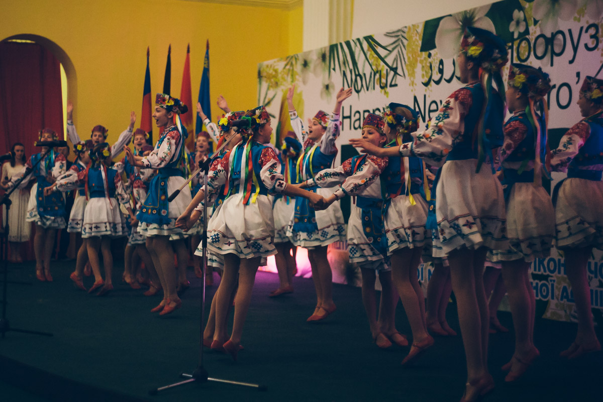 На сцене артисты представляли культуру всех стран-организаторов