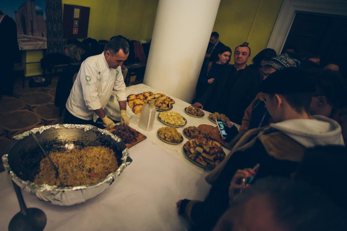 Гостей угощали традиционными национальными блюдами