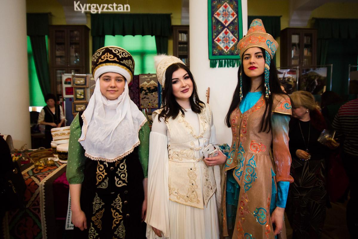 В Колонном зале были стенды с выставками, где показывали культуры разных народов