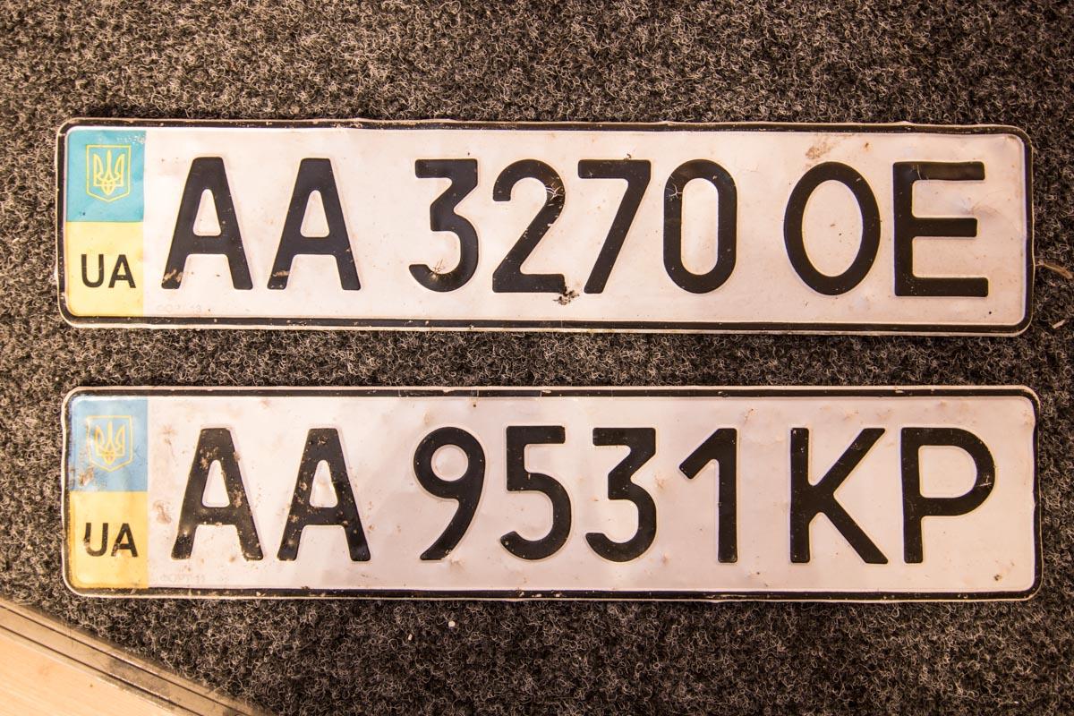 """Утром 13 марта в луже по улице Фанерной были найдены два номерных знака """"АА 9531 КР"""" и """"АА 3270 ОЕ"""""""