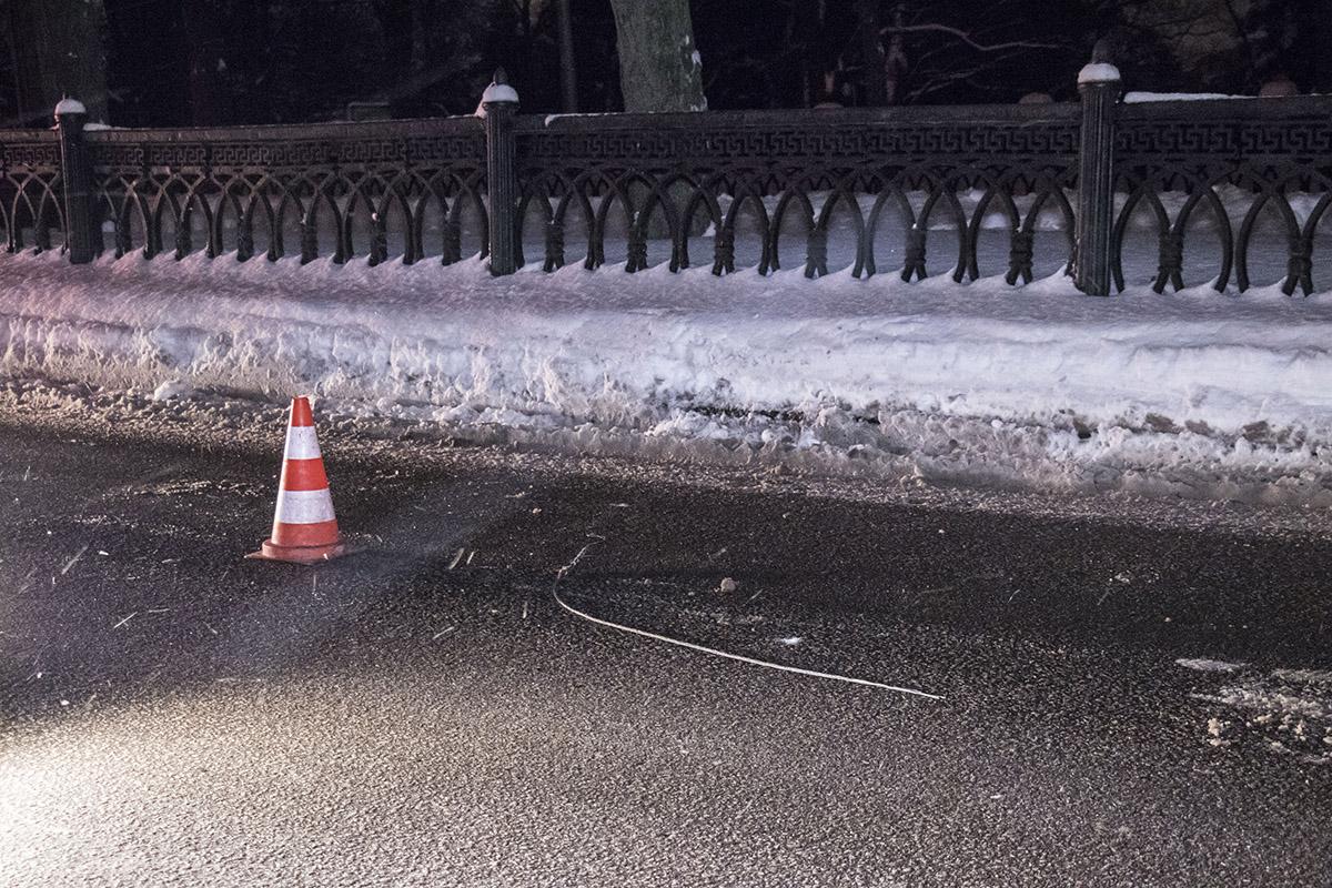 Полиция расставила фишки, чтобы водители объезжали проблемное место
