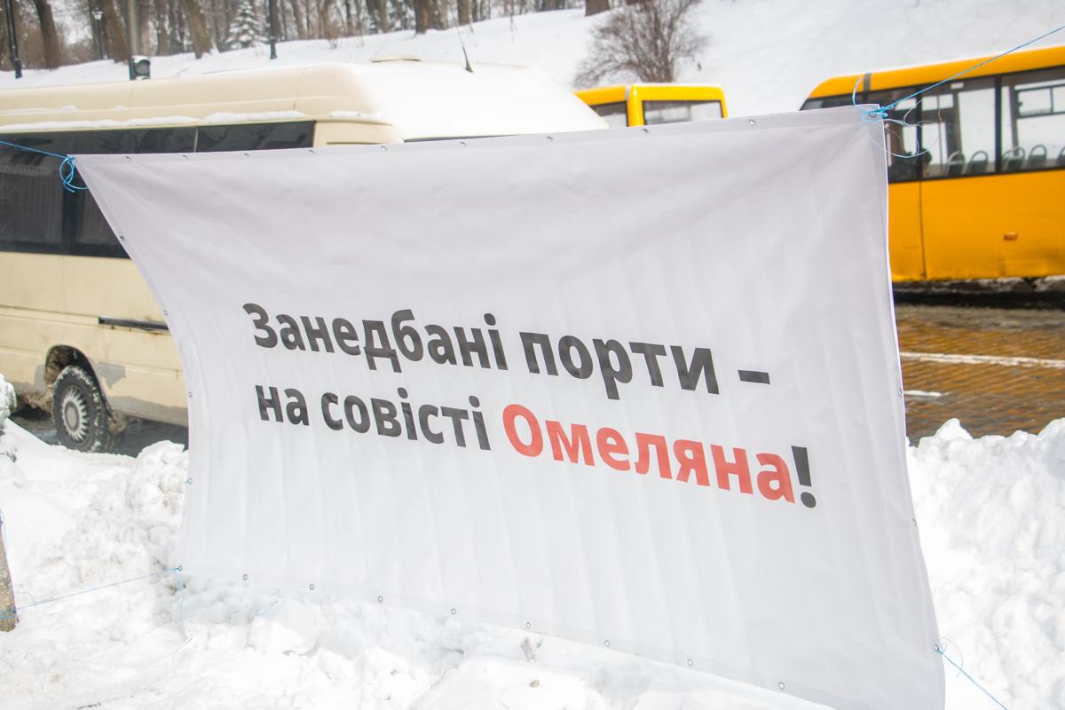 Возле Кабмина развесили плакаты