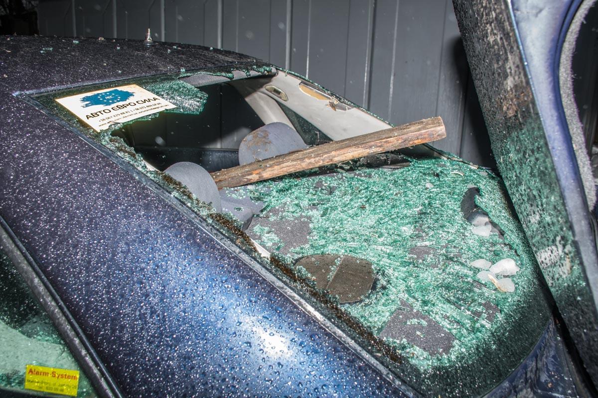Окно машины проломили бревном