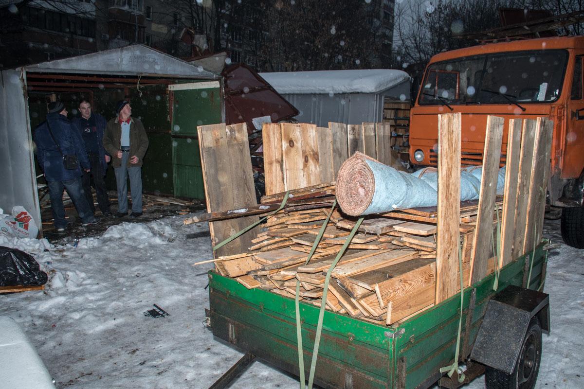 Члены кооператива вывозят из гаражей свои вещи