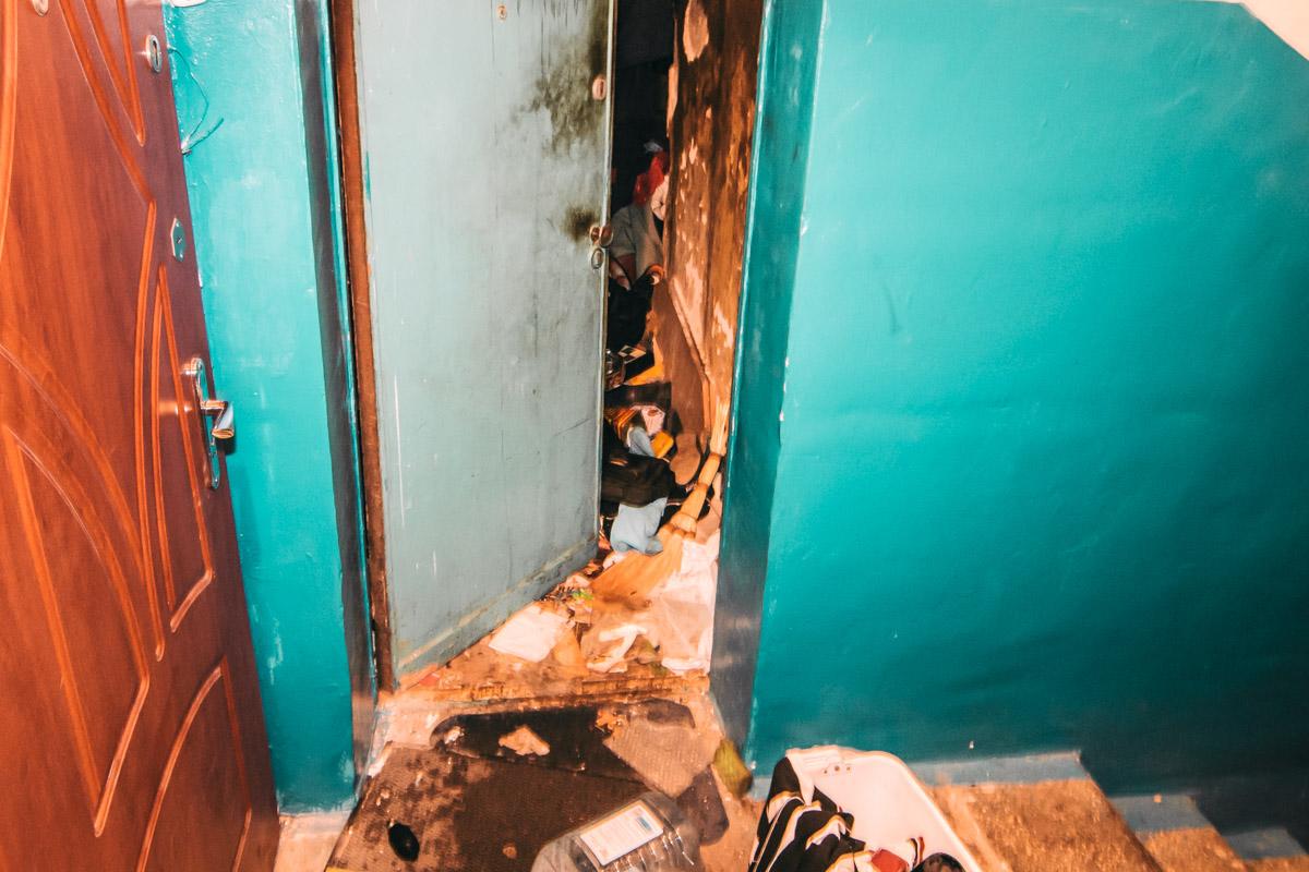 Пожарные не могли открыть двери и добраться до очага возгорания