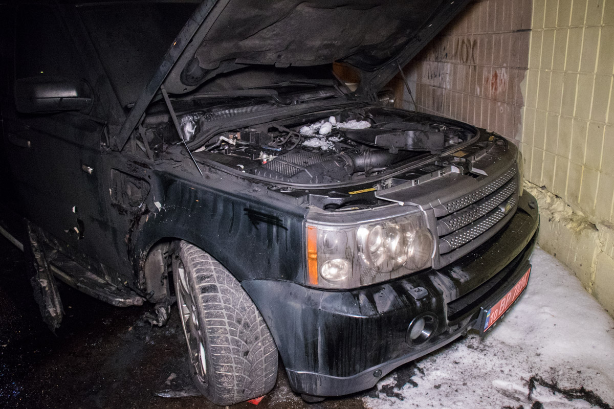 Автомобиль был облит горючей смесью
