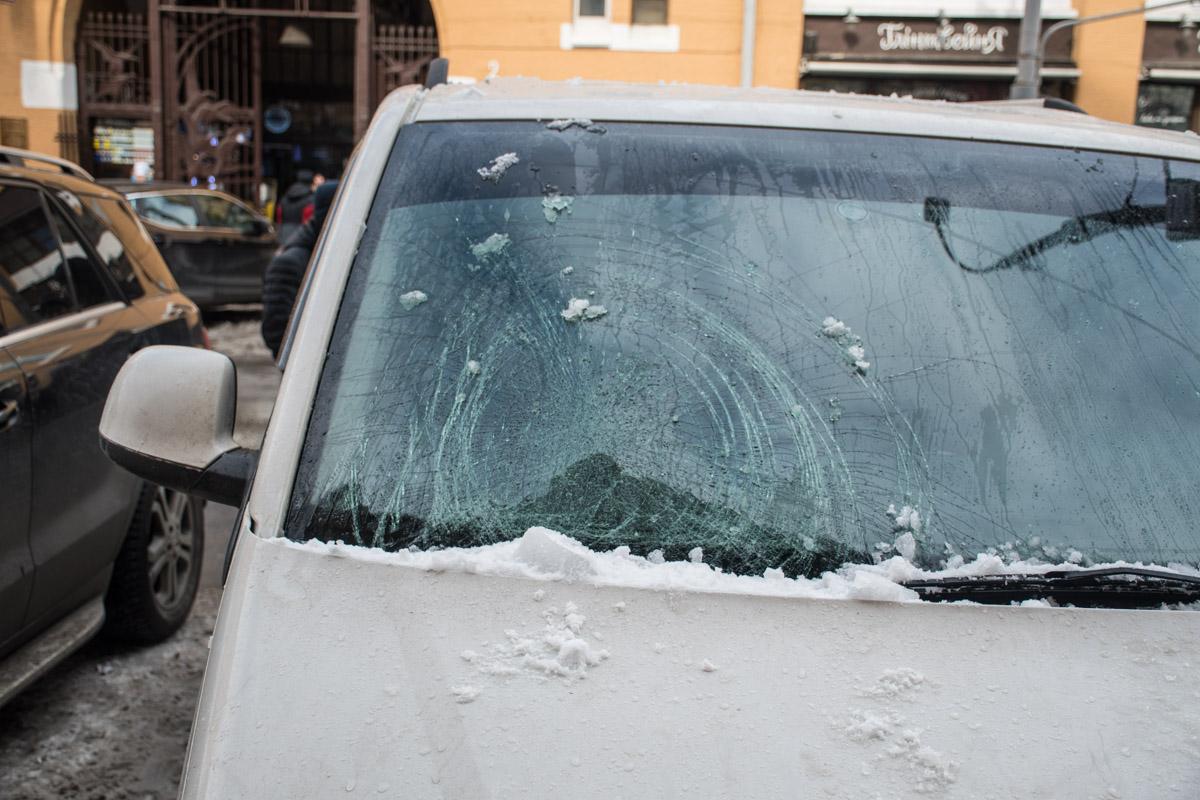 Возле входа в PinchukArtCentre на Volkswagen T5 упала глыба льда