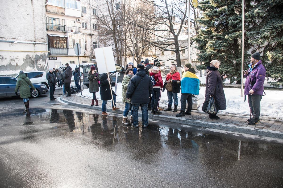 Люди собрались поддержать нардепа