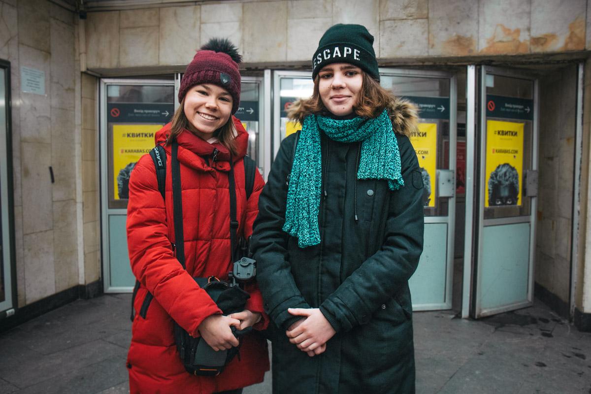 """10-классницы Полина и Полина вспомнили """"Реве та стогне Дніпр широкий"""""""