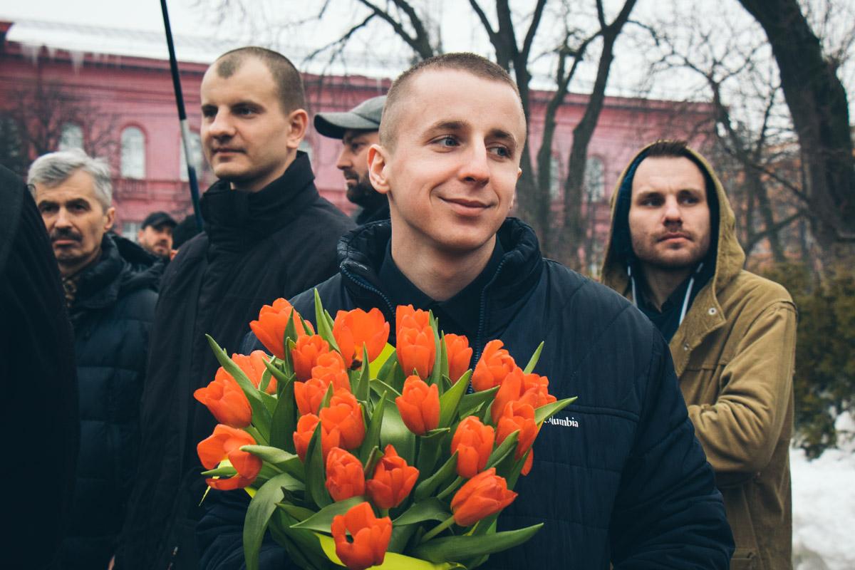 Многие принесли к памятнику цветы