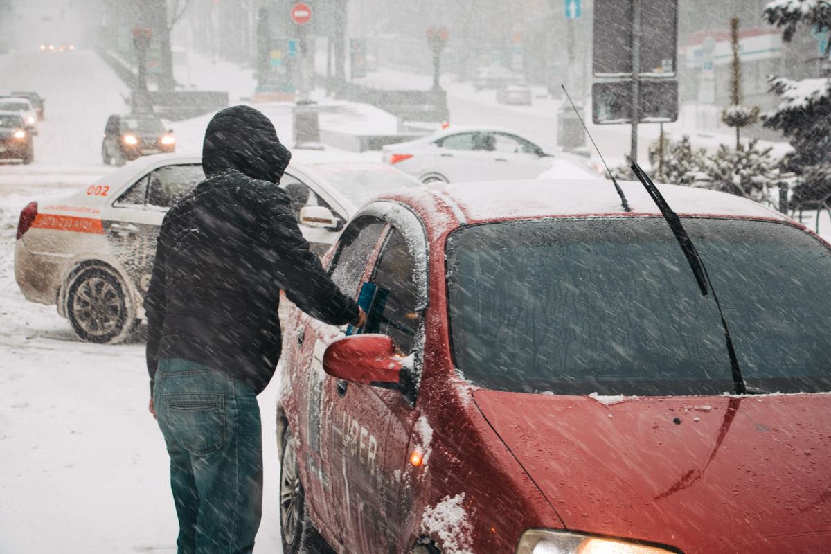 Автовладельцам приходится откапывать свои машины