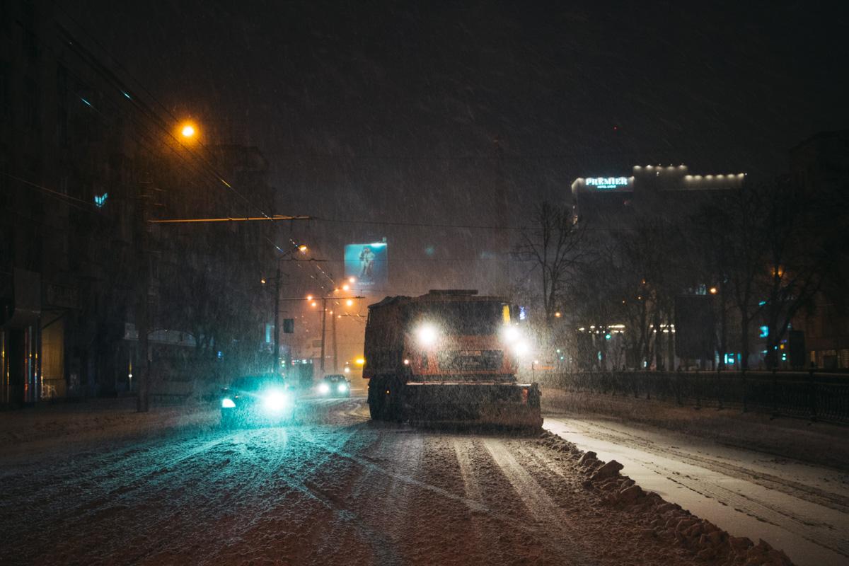 Снегоуборочные машины вышли ночью