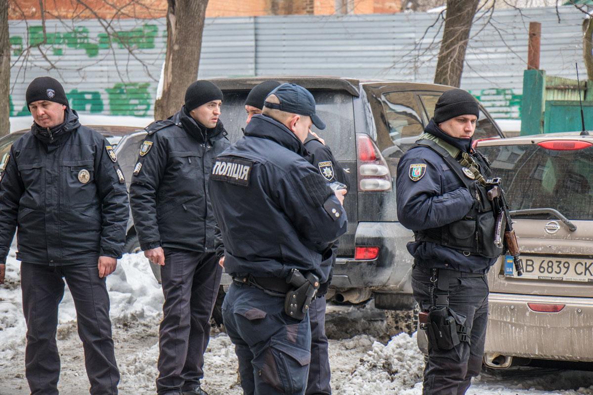 На место прибыли много полицейских