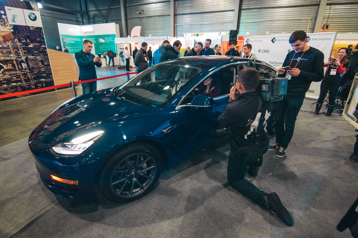 """Ажиотаж в """"КиевЭкспоПлаза"""" вызвала презентация Tesla Model 3"""