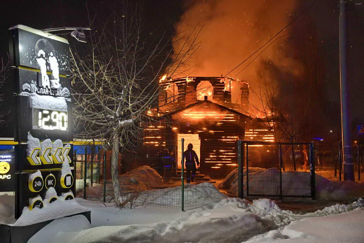 В нескольких метрах от горящей церкви находилась газовая заправка