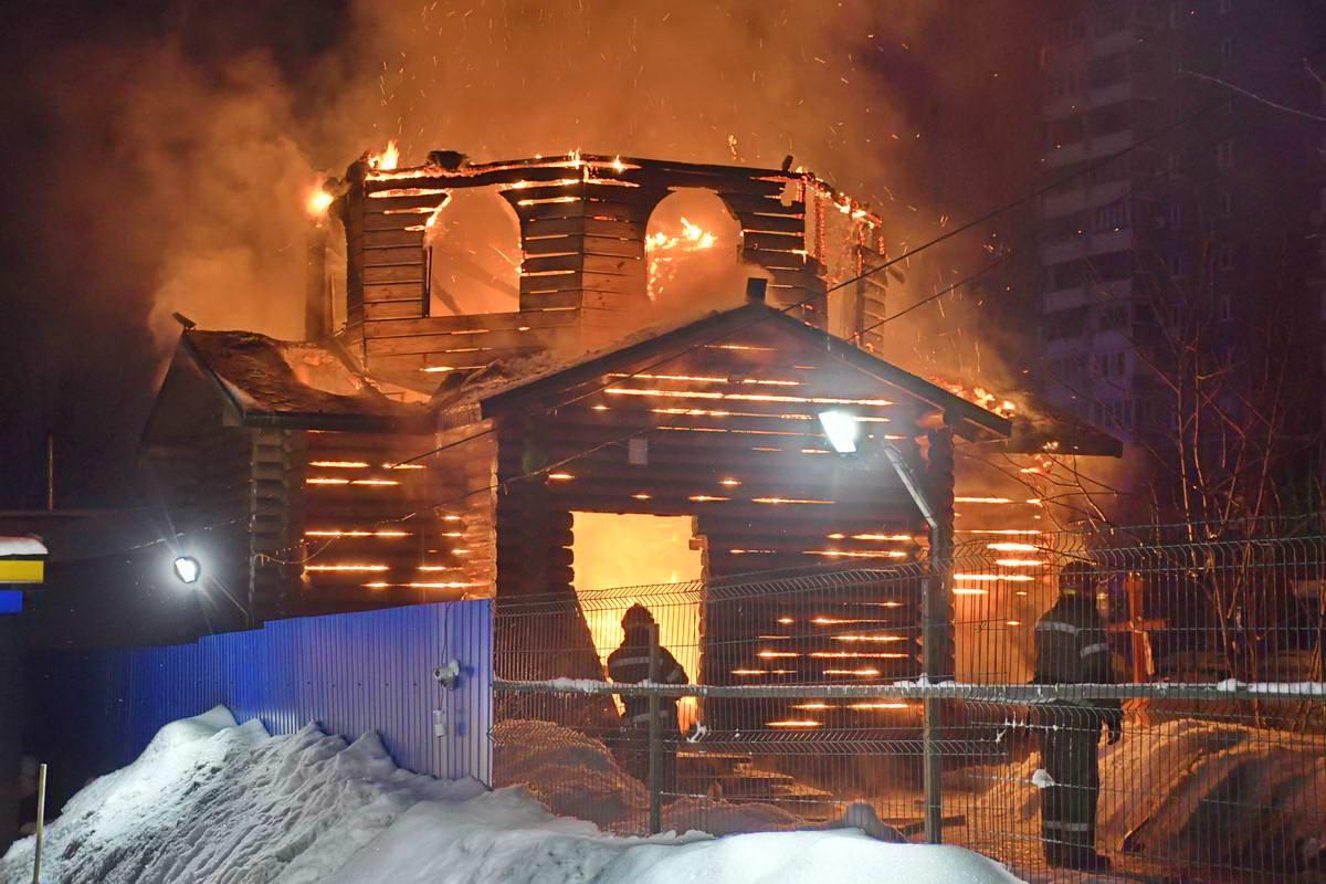 По словам очевидца церковь загорелась изнутри
