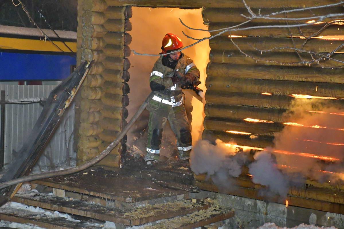 На место прибыли сотрудники 9-й пожарно-спасательной части Киева